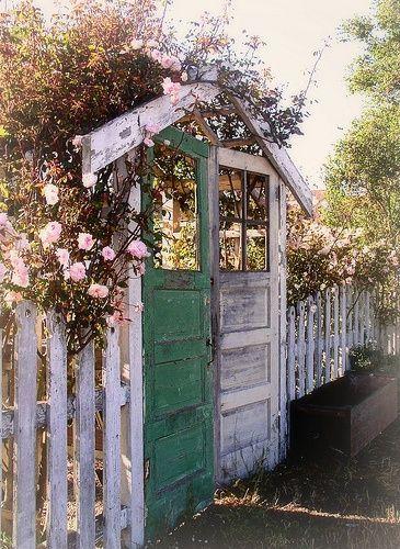 เพิ่มความคลาสสิกให้สวนสวยด้วยบานประตูไม้เก่า รูปที่ 14