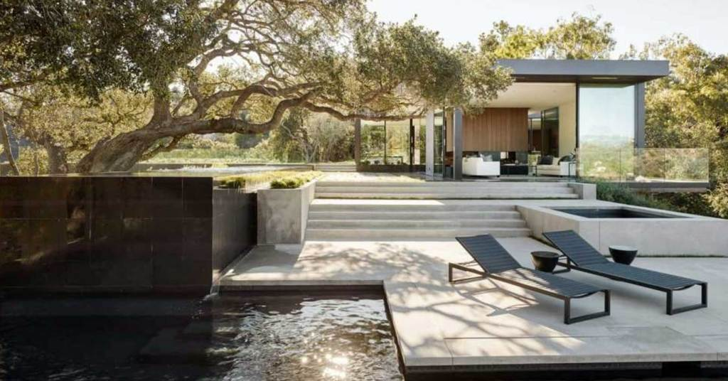 บ้านสไตล์โมเดิร์นกับต้นโอ๊คใหญ่ สวยงามและหรูหราดั่งในเทพนิยาย