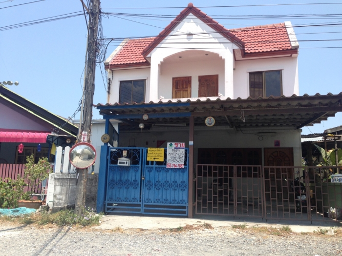 ขายบ้านแฝด2ชั้นต่อเติมเต็มพื้นที่ราคาถูกมาก เข้าซอยเพียง 500ม. ช.พระยาสัจจา23  อ.เมือง  จ.ชลบุรี พื้นที่30 ตร.ว