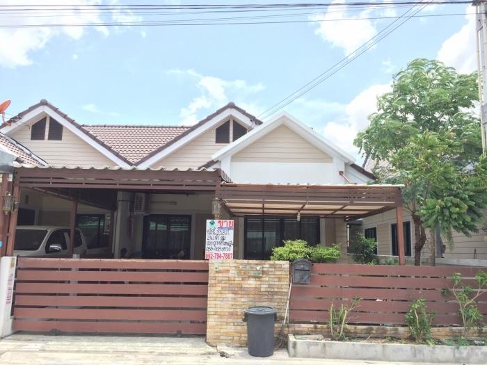 ขายบ้านแฝด 1 ชั้นพื้นที่ 33.8 ตร.ว  หมู่บ้านมัณตรา 2 อ.เมือง จ.ชลบุรี พร้อมอยู่ พร้อมโอน