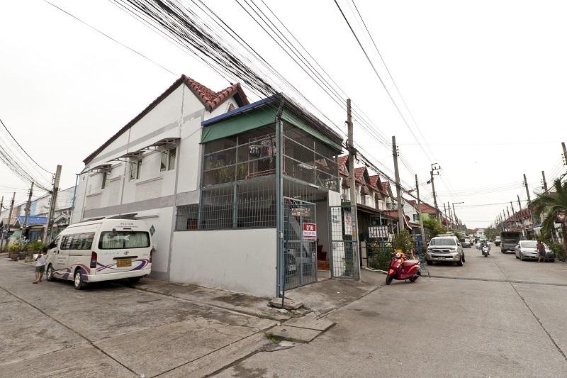 ++ ขายถูก ++ ทาวน์เฮาส์ 2 ชั้น 17 ตรว หมู่บ้าน นครทองปาร์ควิว 5 ห้องนอน 4 ห้องน้ำ ใกล้ถนนกาญจนาภิเษก ตะวันตก