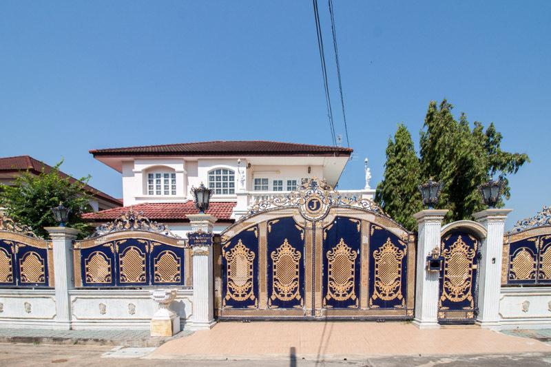 +++ ขาย +++ บ้านเดี่ยว หมู่บ้านชลลดา บางบัวทอง 2 ชั้น ที่ดิน 121 ตร.วา แตกแต่งหรู หลังริม เดินทางสะดวก