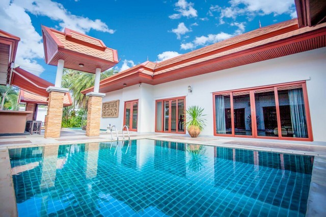 บ้านสไตล์ไทย-บาหลี ตกแต่งสวย บนพื้นที่ 1 ไร่ ประกอบด้วยอาคาร 4 หลัง สระว่ายน้ำ