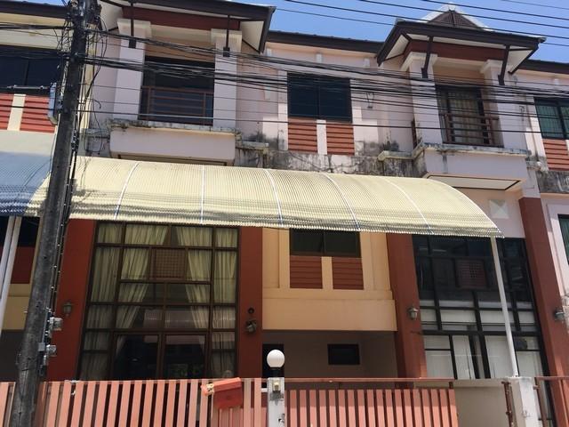 ทาวน์โฮม 3 ชั้น Banyan Villa ฉลอง ภูเก็ต  3 ห้องนอน 4 ห้องน้ำ ที่ดิน 24 ตรว. พื้นที่ใช้สอย 144 ตรม. ราคาขาย 3.3 ล้านบาท