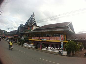 โรงแรมขนาดใหญ่ใจกลางเมืองแม่ฮ่องสอน เนื้อที่ 4-1-39.2 ไร่ ห้องพัก 69 ห้อง ตกแแต่งสไตร์บาหลีที่มีกลิ่นอายของไทยใหญ่(ไต๋) อ.เมือง จ.แม่ฮ่องสอน