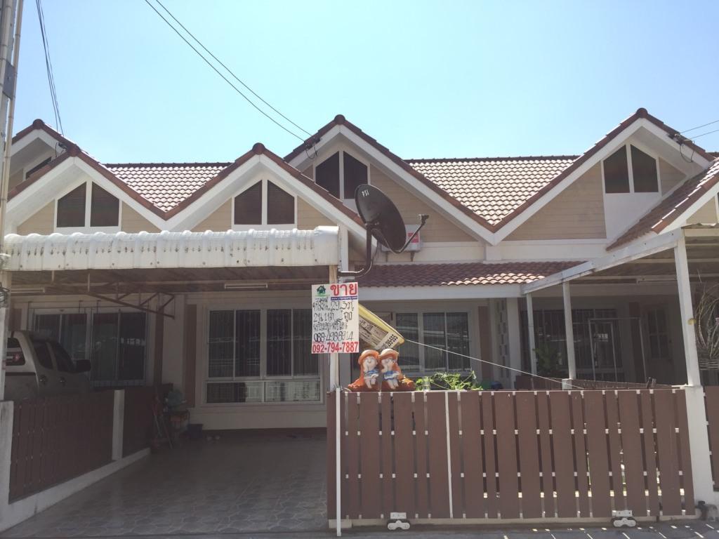 ขายบ้านทาวน์เฮ้าส์ 1 ชั้น  พื้นที่ 29.3  ตร.ว  หมู่บ้านอยู่สบาย อ.พานทอง จ.ชลบุรี พร้อมอยู่ พร้อมโอน